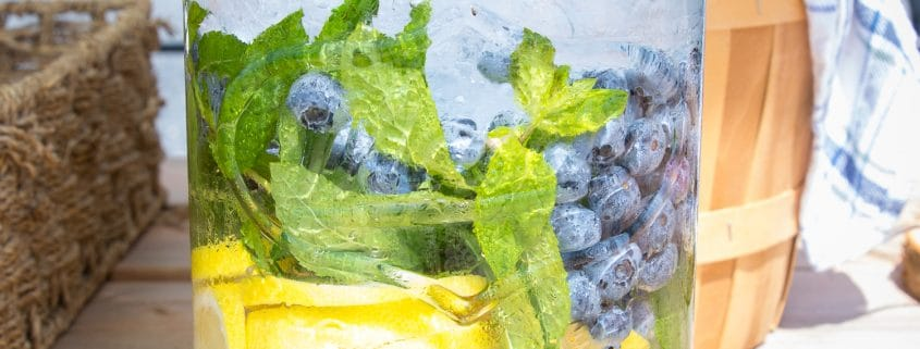 eau glacée aux bleuets, menthe et citron